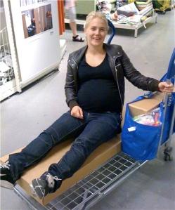 Lovisa shoppar på Ikea