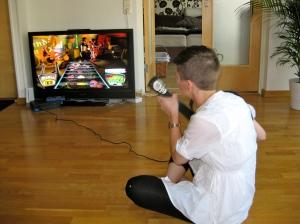 Elin spelar Guitar Hero