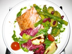 Grillad rimmad lax, färskpotatis med färsk sparris och dillpesto och en provencalsk sallad med avokado och balsamicokräm