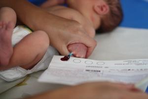 Duktiga Sixten var lugn när barnmorskan tog PKU-testet.