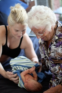 Gammelmormor tycker att Sixten ser ut som en levande docka.