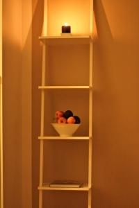 I köket står denna hylla. Kokböckerna ska upp på hyllan därnere, på den övre hyllan bor Hans Mac.