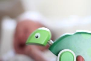 Sixten fick en sköldpadda från Brio av Tant Anna. SIxtens första leksak!