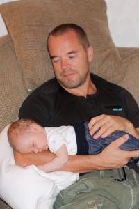 Sixten somnar alltid gott hos pappa