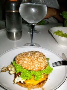 Hemmagjorda hamburgare från grillen