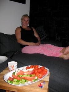Älskar vår nya soffa där vi båda (alla tre) frå plats i divandelen! Jordgubbar och vattenmelon som snacks för mig.