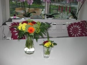 Sagt och gjort, en sån där blomma med navelsträng. Min är den vänstra. Ni kan väl gissa vems den högra är.
