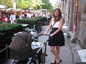 Tant Anna är säker med vagnen, och vacker bredvid!