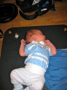 Men när Sixten vaknade fick han ligga på mattan och softa medan mamman gjorde armhävningar.