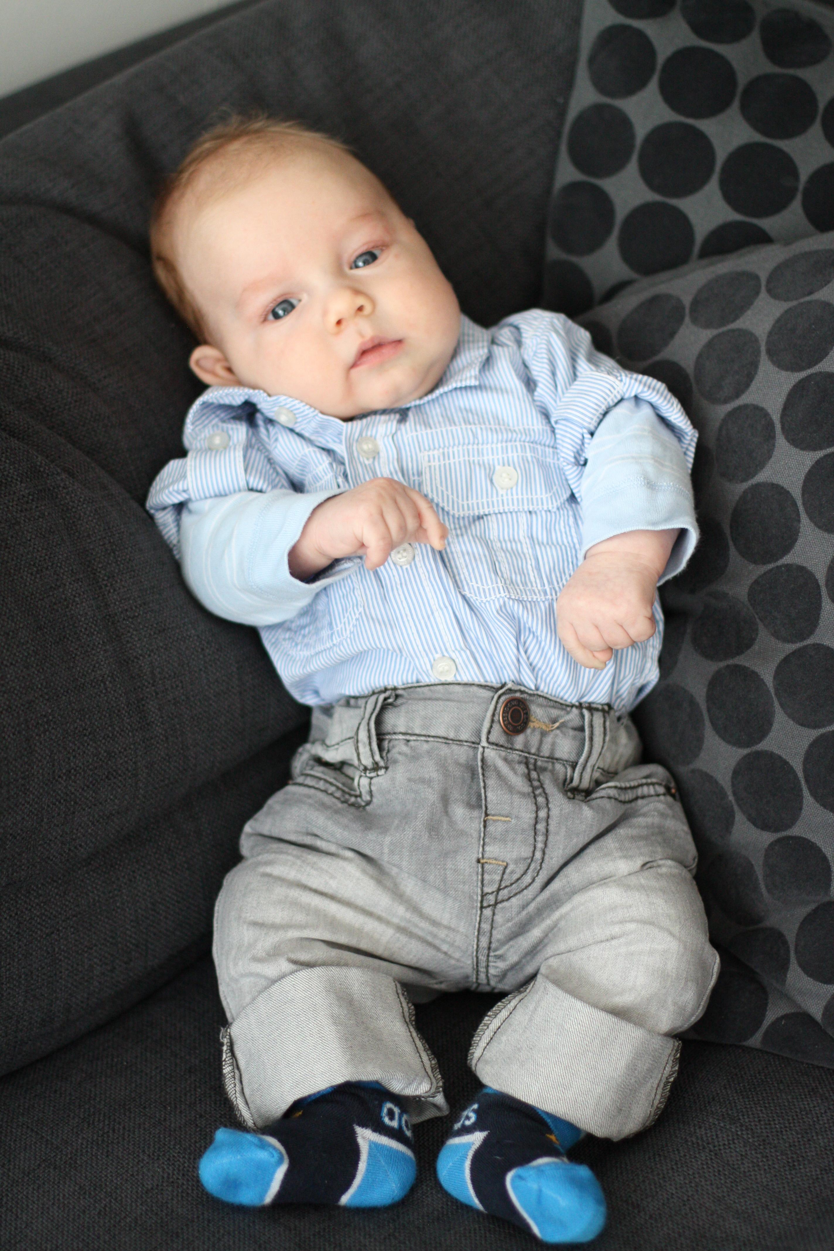 Sixten är finklädd inför bloggträffen. Morfars skjorta i strl 62 passar finfint!
