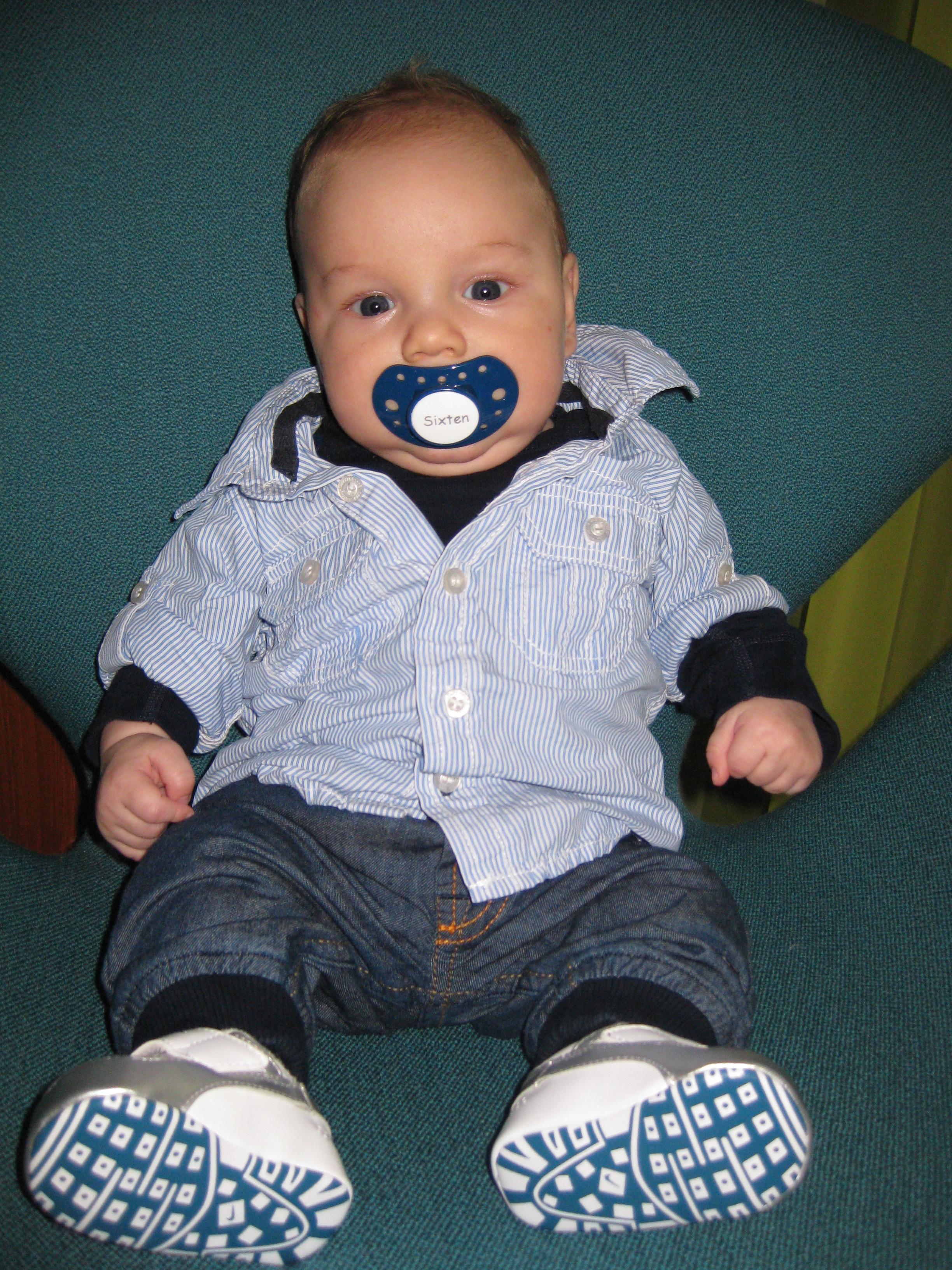 Sixten är klädd i skjorta från HM, body och jeans Polarn o Pyret, skor Nike